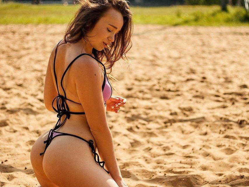 Hyg jer med en volleybold på stranden
